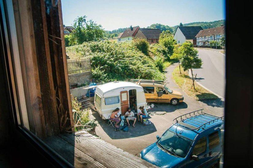 Bandáznak a betyárok #csaladlatogatas #hippik #kanikula #hoseg #arnyek #vanhome #caravan #traveller #germany #travellerfamily